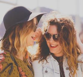 Jeunes filles heureuses qui portent des solaires