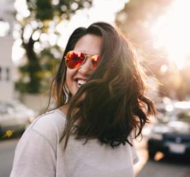 Jeune fille heureuse qui porte des solaires